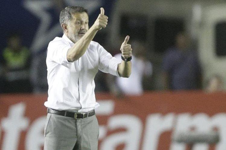 EL técnico colombiano Juan Carlos Osorio da instrucciones durante el partido que México empató con Panamá. (Foto Prensa Libre: AP)