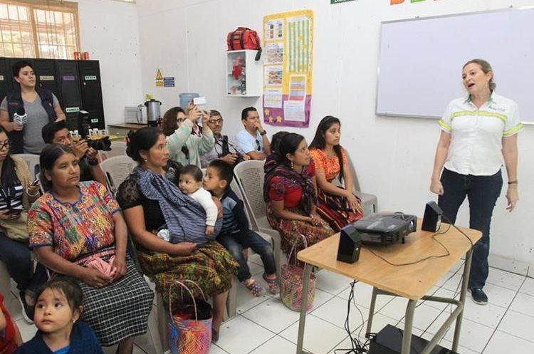 Yolanda Mayora, directora de la Fundación Carlos H. Novela habla sobre los beneficios de los programas dirigidos a las mujeres sanjuaneras. (Foto Prensa Libre: Estuardo Paredes)