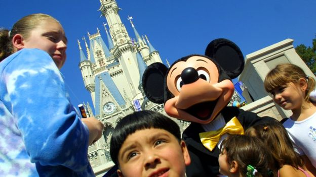Disney, la multinacional del entretenimiento familiar, decidió no asociar su marca con el youtuber PewDiePie tras la denuncia del diario Wall Street Journal. (GETTY IMAGES)