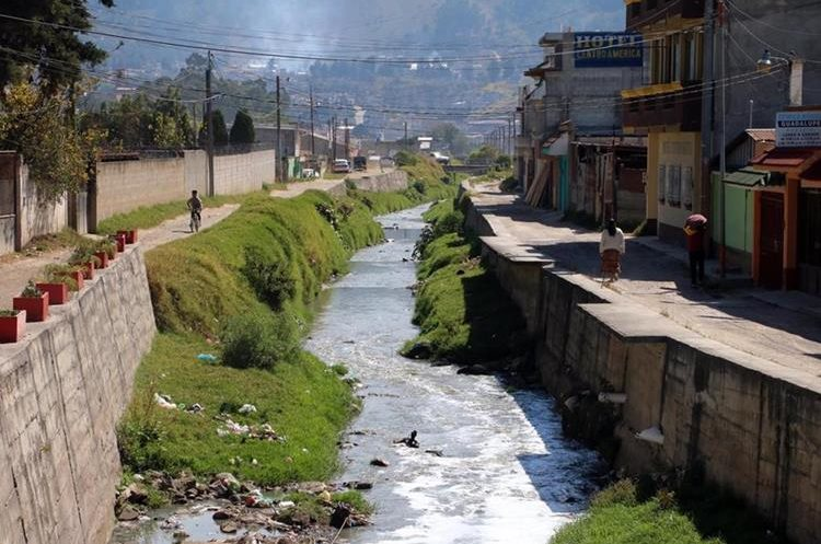 Varias casas están cerca de río contaminado. (Foto Prensa Libre: Carlos Ventura).