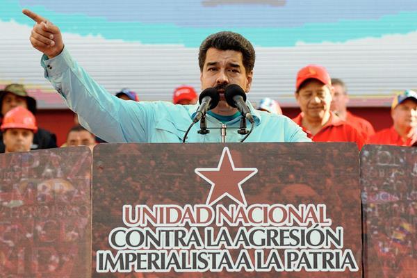 El presidente de Venezuela, Nicolás Maduro, pronuncia un discurso ante partidarios reuniendo frente al palacio presidencial en Caracas. (Foto Prensa Libre: AFP
