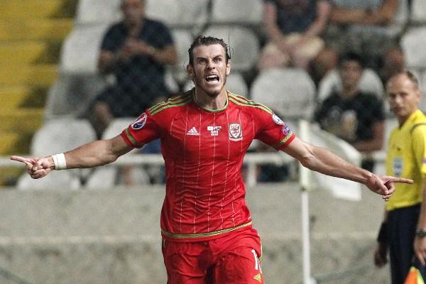 Gareth Bale festeja con euforia el gol del triunfo de su selección. (Foto Prensa Libre: AP)