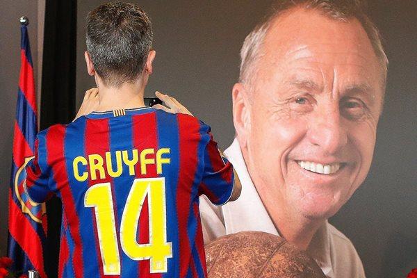 Un aficionado del Barcelona le toma una fotografía a un cartel del legendario futbolista Johan Cruyff, en el Camp Nou (Foto Prensa Libre: AFP)