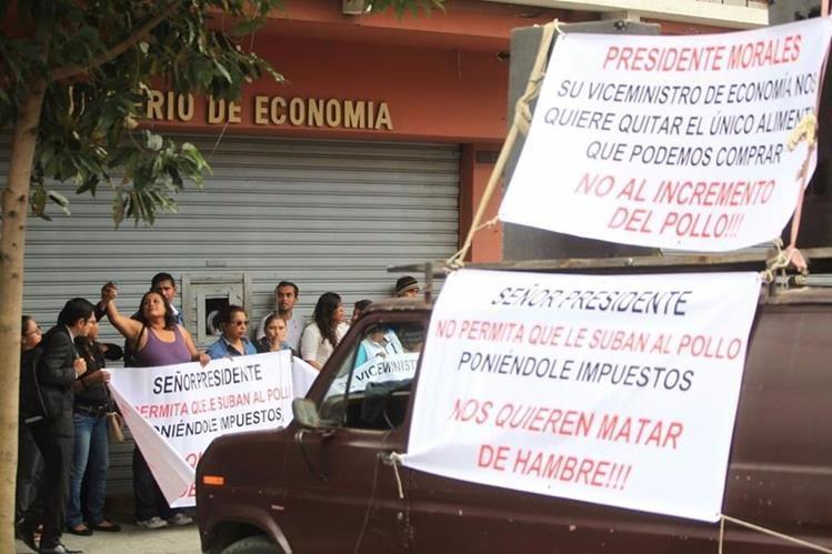 Sindicalistas protestan frente al Mineco por posible aumento de precio de la libra de pollo. (Foto Prensa Libre: Esbin García).