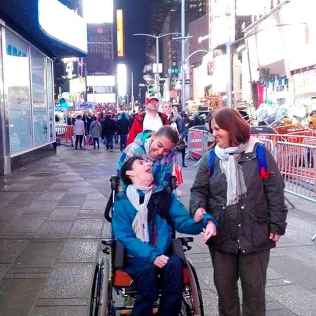 Pablo junto a su mamá y una hermana en Nueva York.(Foto gentileza José Manuel Roás).