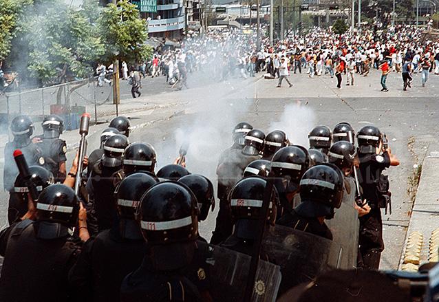 Disturbios frente al mercado Sur 2 en la 20 calle zona 1, una de las últimas fotografías del fallecido reportero gráfico Roberto Martínez. (Foto: Hemeroteca PL)