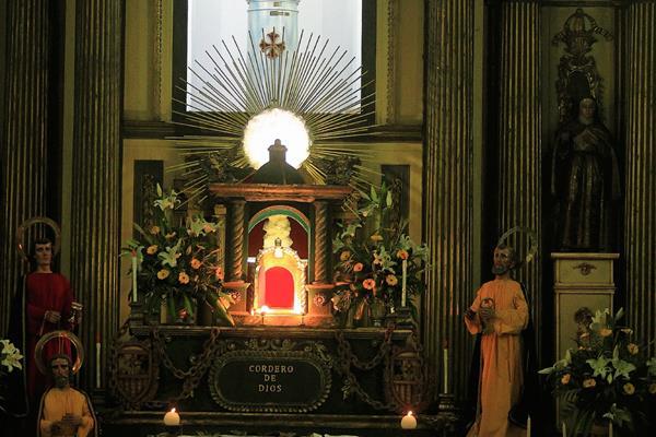 Cientos de fieles católicos visitan los siete sagrarios. (Foto Prensa Libre: Edwin Bercián)