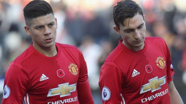 Marcos Rojo y Matteo Darmian son dos de los jugadores que han ido apareciendo con más frecuencia en las alineaciones. (Foto Prensa Libre: Getty Images)