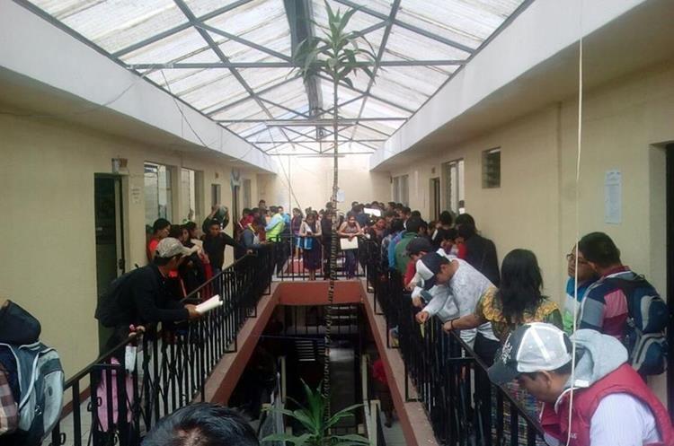 Profesores se instalaron en los corredores de la Dirección Departamental de Educación de Quiché.