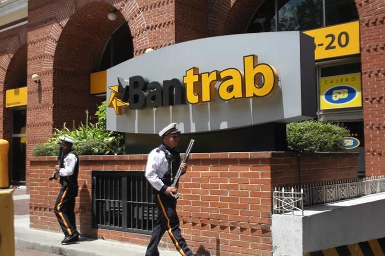 Ingreso al Banco de los Trabajadores, que este viernes fue allanado por el MP. (Foto Prensa Libre: Érick Avila)