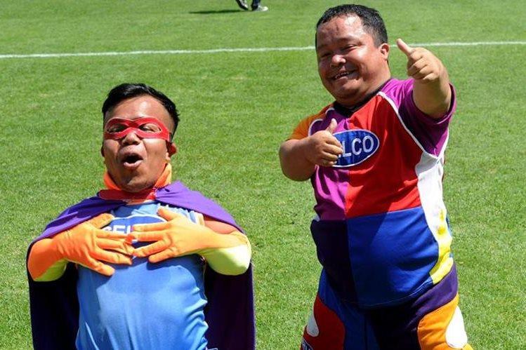 Julio del Cid y Tony Xanté llevan alegría y entretenimiento al inicio y medio tiempo de los partidos de Municipal. (Foto Prensa Libre: Edwin Fajardo).