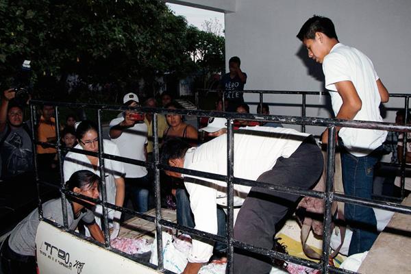 Uno de los heridos es llevado al Hospital Nacional de Retalhuleu en un vehículo privado. (Foto Prensa Libre: R. Miranda)
