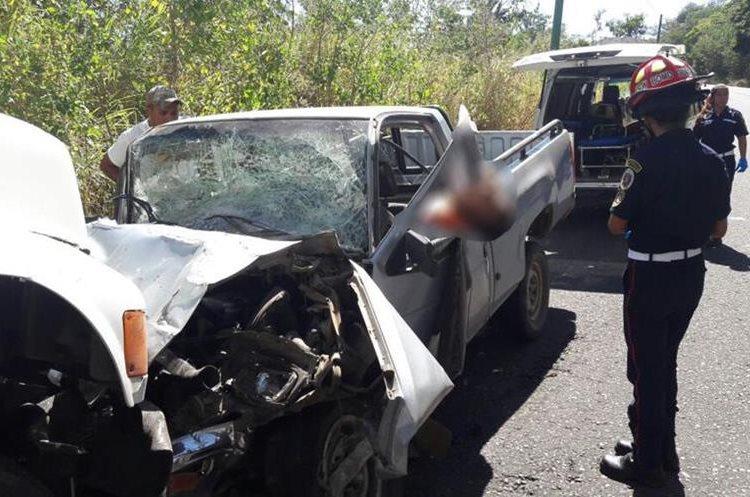 Tres personas que viajaban en el picop murieron debido al fuerte impacto. (Foto Prensa Libre: Hugo Oliva)
