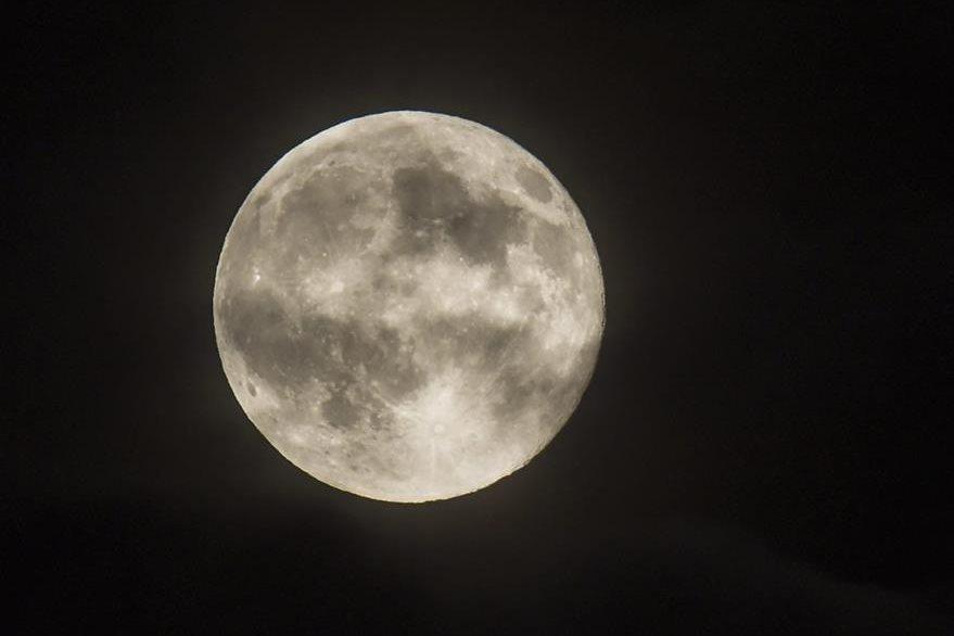 Después de las respectivas pruebas físicas y psicológicas, los turistas podrán viajar alrededor de la Luna en 2018. (Foto Prensa Libre: EFE)
