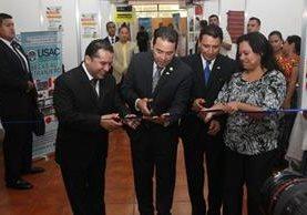 El presidente Jimmy Morales y autoridades de Segeplán e Inguat cortaron la cinta simbólica de inauguración.(Foto Prensa Libre: Estuardo Paredes)