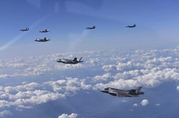 Cazabombarderos surcoreanos F-15K y aviones de combate F-35B del Cuerpo de Marines estadounidenses surcan los cielos durante ensayos conjuntos. (Foto Prensa Libre: EFE)
