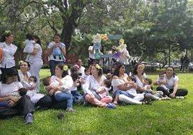 Madres se reúnen la Mamatón organizada por la Liga de la Leche. (Foto Prensa Libre: Brenda Martínez)