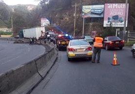 Personal de Provial coordinan movilización de un tráiler que chocó en la ruta al Pacífico. (Foto Prensa Libre: Provial)