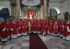 En la Catedral Metropolitana convergieron obispos, arzobispos y cardenales de Centroamérica, quienes serán enlace con sus similares en EE. UU. en favor de los migrantes. (Foto Prensa Libre: Érick Ávila)