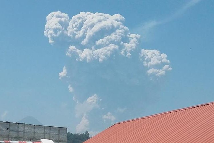 Vista del volcán Santiaguito desde Xela, luego de fuerte erupción que causó una extensa columna de ceniza. (Foto Prensa Libre: Carlos Ventura)