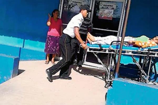 Socorristas trasladan  a uno de los menores heridos en accidente de tránsito en La Libertad, Petén, hacia el Hospital Nacional de San Benito. (Foto Prensa Libre: Rigoberto Escobar)