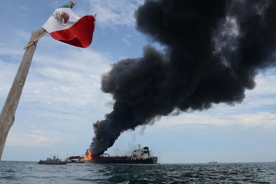 Vista del buque incendiado de la compañía Pemez incendiado en México. (Foto Prensa Libre: EFE).