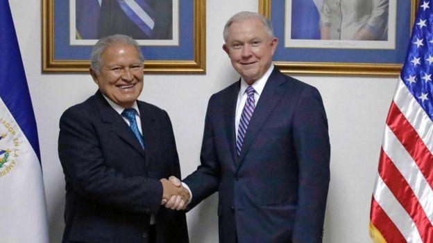 El presidente de El Salvador, Salvador Sánchez Cerén, y el fiscal general de Estados Unidos Jeff Sessions se encontraron en el país centroamericano para hablar sobre las pandillas, en concreto sobre la Mara Salvatrucha. AFP