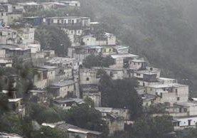 Las construcciones en block en laderas no están bien cimentados y representan riesgos. (Foto Prensa Libre: Carlos Hernández)