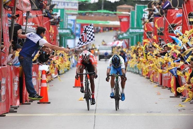 Álder Torres y Byron Guamá en su ingreso a la meta. (Foto Prensa Libre: Francisco Sánchez)
