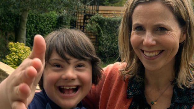 La actriz y guionista británica Sally Phillips junto a su hijo Olly.