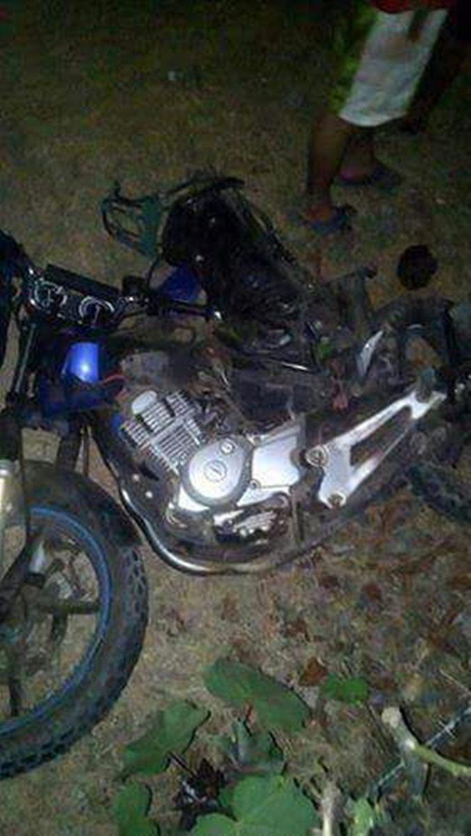Una mujer que viajaba en esta motocicleta falleció. (Foto Prensa Libre: Enrique Paredes)