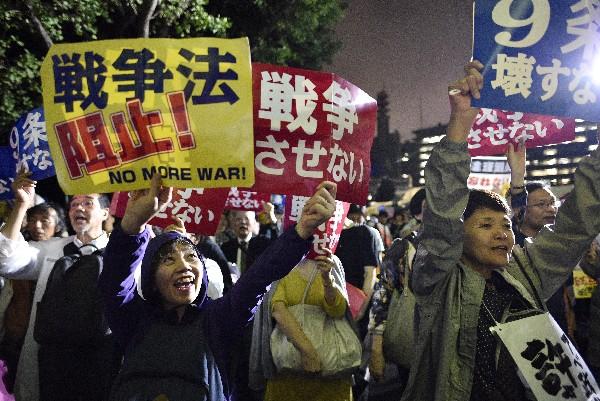 Manifestantes frente la sede del Parlamento rechazan la polémica reforma militar.