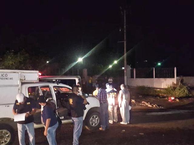 Peritos del Ministerio Público, en lugar donde volcó el bus de Transportes Monja, luego de un ataque armado, en San Antonio Suchitepéquez. (Foto Prensa Libre: Cortesía)