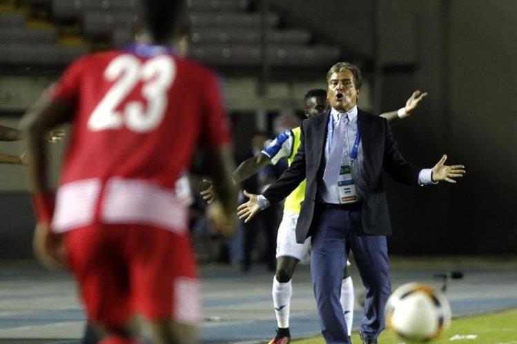 El entrenador de Hondruas Jorge Luis Pinto ofreció disculpas a su homólogo de Panamá Hernán Darío Gómez. (Foto Prensa Libre: EFE)