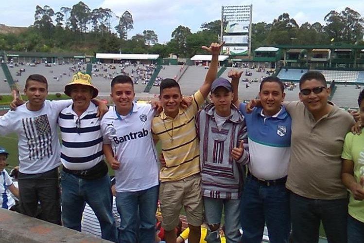 Los aficionados ya están presentes en el estadio Cementos Progreso. (Foto Prensa Libre: Jesús Cuque)