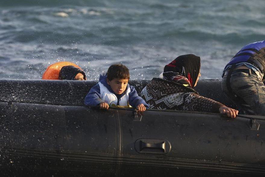 Un niño mira con temor la furia del mar Egeo. Posteriormente fue rescatado junto a otros migrantes. (Foto Prensa Libre: AP).