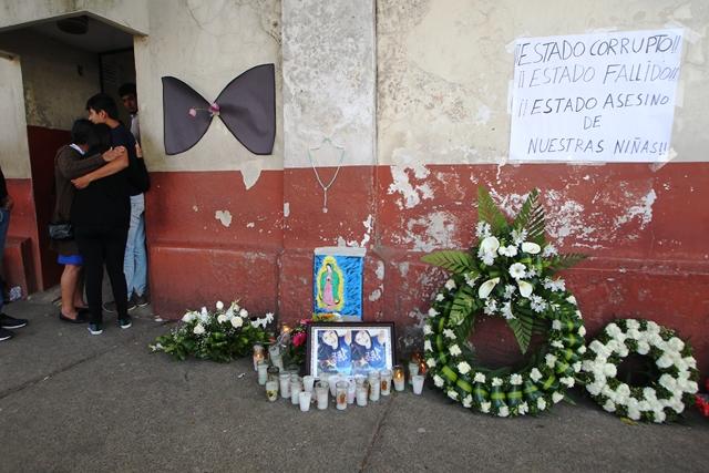 Frente al Inacif, carteles piden justicia por la muerte de 40 niñas y adolescentes del Hogar Seguro. (Foto Prensa Libre: Hemeroteca)