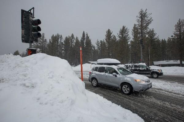 Una calle de California se ecuntra cubierta por la nieve. (AP).
