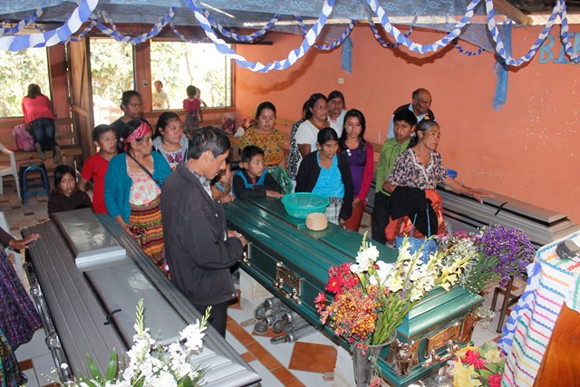 Velatorio de una madre de familia y sus dos hijos, quienes murieron a principios de febrero de este año, en un accidente de tránsito en Chimaltenango. (Víctor Chamalé)
