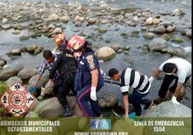 Socorristas sacan el cadáver del educador del río Cabuz, Catarina, San Marcos. (Foto Prensa Libre: Cortesía)