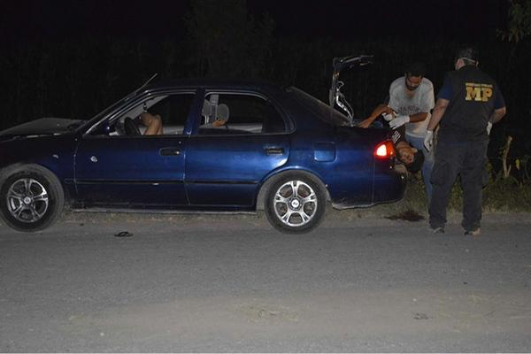 """<p>Dos cadáveres estaban en el baúl, y otro en un sillón delantero del vehículo. (Foto Prensa Libre: Felipe Guzmán)<br _mce_bogus=""""1""""></p>"""