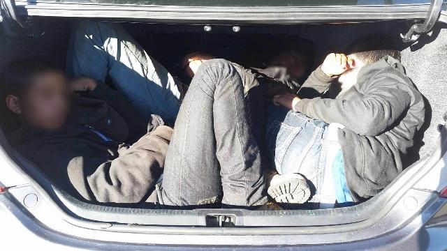 Otros siete indocumentados fueron localizados dentro de un automóvil en la frontera entre México y Estados Unidos. (Foto Prensa Libre: EFE)