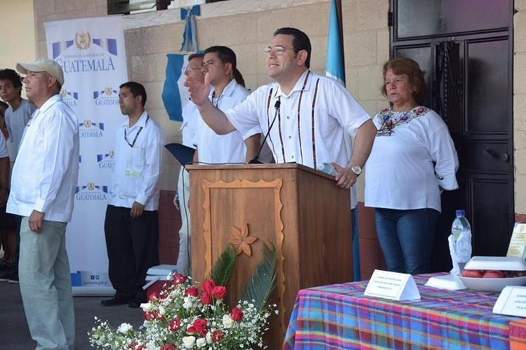 EL Presidente Jimmy Morales, agradece el apoyo del Ejército de Guatemala y del ingenio Tierra Madre, quienes fueron los encargados del remozamiento del establecimiento. (Foto Prensa Libre: Enrique Paredes)