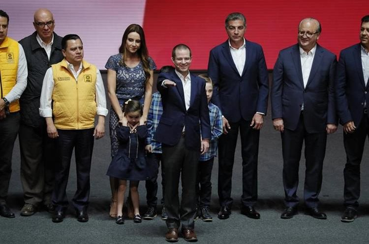 Ricardo Anaya (c), del PAN, que compite en alianza con el izquierdista Partido de la Revolución Democrática (PRD) y Movimiento Ciudadano. (EFE).