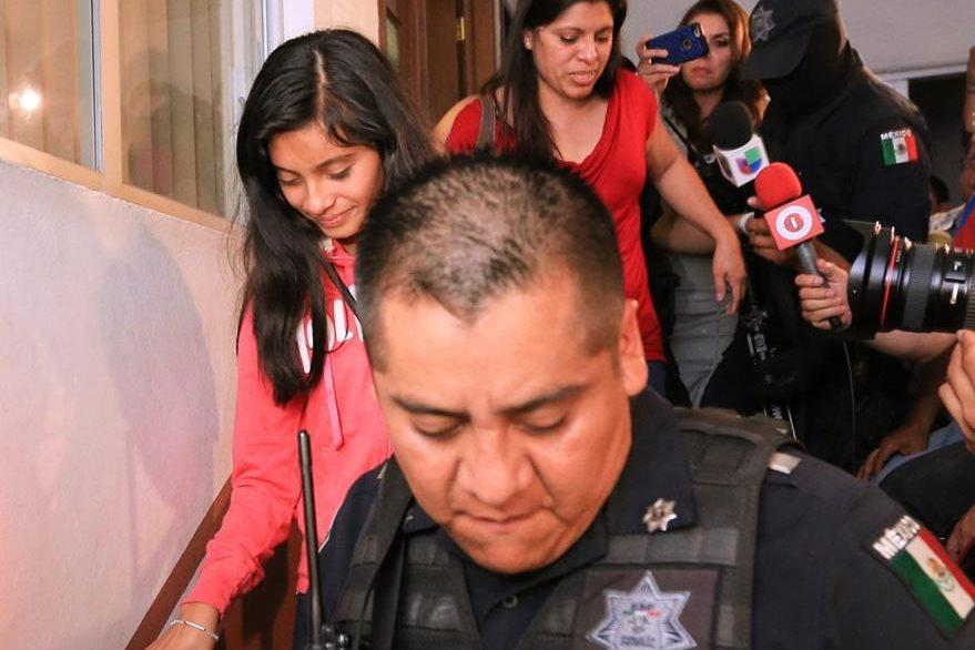 Dorotea García (de rojo arriba), baja del Juzgado con su hija Alondra Díaz (adelante), durante la comparecencia judicial. (Foto Prensa Libre: EFE).