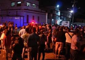 Varios curiosos frente al centro de detenidos Alayón de Maracay.