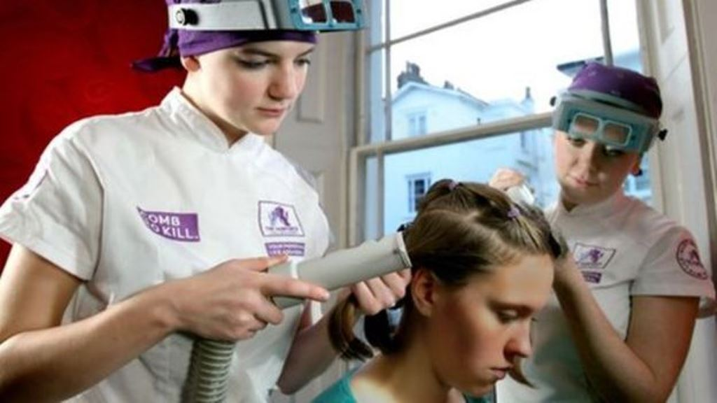 La empresa The Hairforce usa un sistema de aspiración para extraer los piojos. (THE HAIRFORCE)