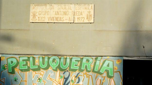 En las calles de España perviven placas conmemorativas con símbolos usados por el franquismo como el yugo y las flechas. (BBC MUNDO)
