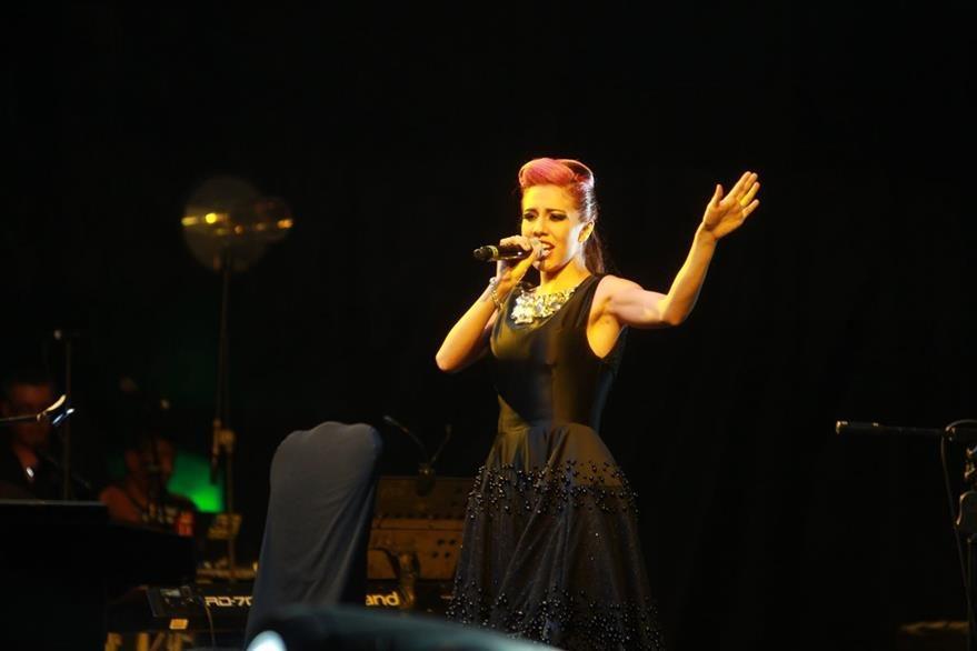 La cantante Fabiola Roudha abrió el concierto de Manzanero. (Foto Prensa Libre: Ángel Elías)