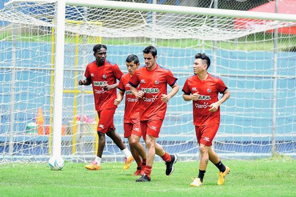 Municipal realiza un breve entrenamiento en el estadio El Trébol. (Foto Prensa Libre: Carlos Vicente).